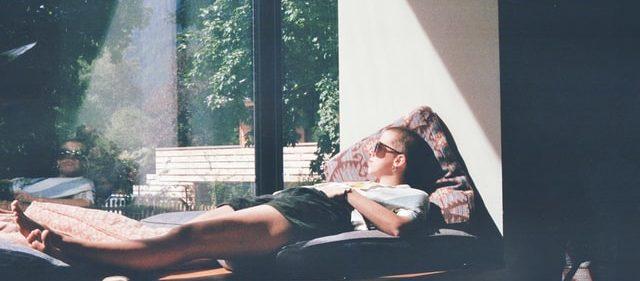ベッドの上でリラックスしている男性