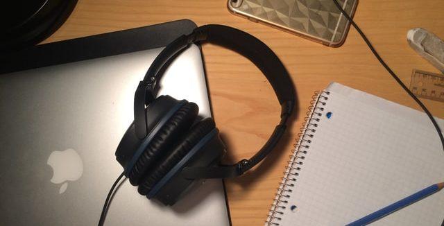 作業スペースにあるヘッドフォンとパソコン