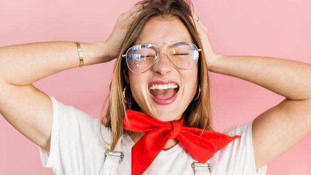 メガネをかけた女性が悩んでいる